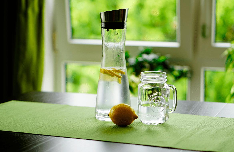 Los beneficios de tomar agua con limón